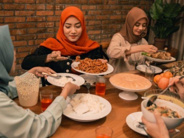 Durante el Ramadán las personas en los diferentes países musulmanes pasan varias horas sin comer hasta que al finalizar el tiempo del día de ayuno, se juntan en familia a cenar.