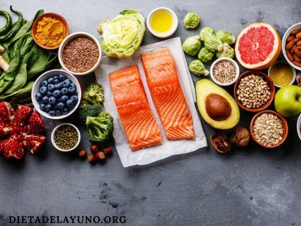 Mantener una dieta saludable, con consumo moderado de grasas como el salmón, aguacate o palta, aceite de coco u oliva, frutos secos, huevo y otros puede ser necesario para ganar tono muscular.